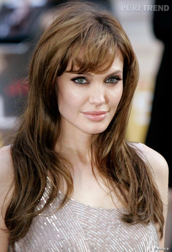 Angelina Jolie  est fidèle à sa coiffure cheveux bruns longue, qu'elle accessoirise de temps à autre d'une frange effilée. Le sex symbol sait ce qui lui va.