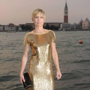 Robin Wright affiche une nouvelle coupe garçonne, et une robe Gucci de diva disco, en sequins or.