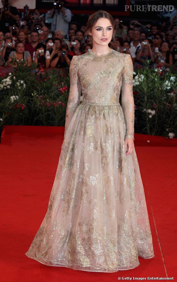 Keira Knightley applique la règle du podium à la lettre, pour porter sa robe Valentino Haute Couture : aucun bijou et les cheveux attachés. Less, is more.