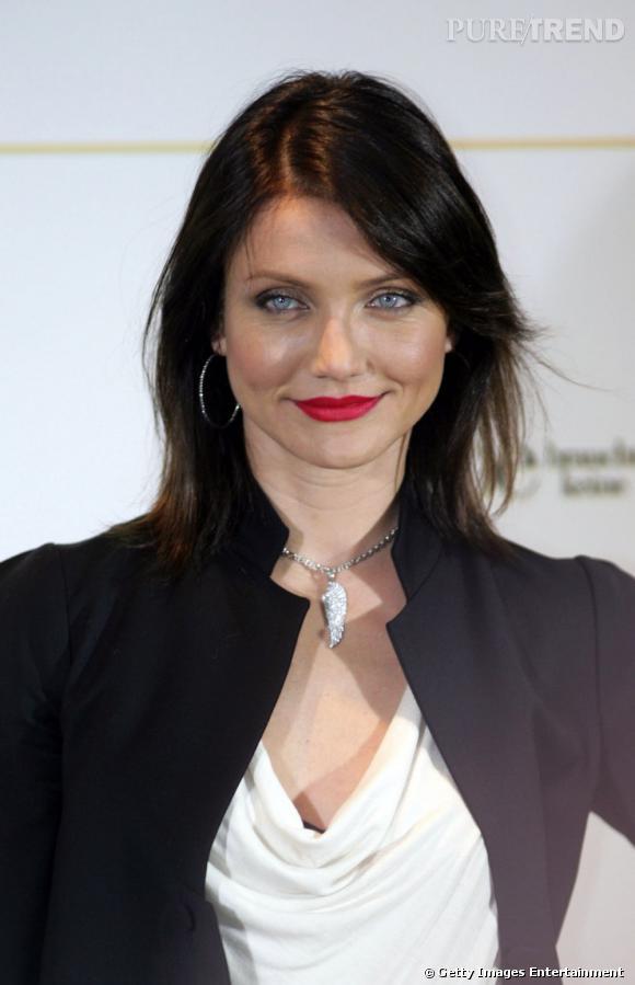 Cameron Diaz  s'est elle aussi laissée séduire par la coloration. Gros changement de look avec une chevelure d'un brun très sombre, presque noir, qui met en valeur les yeux de l'actrice.