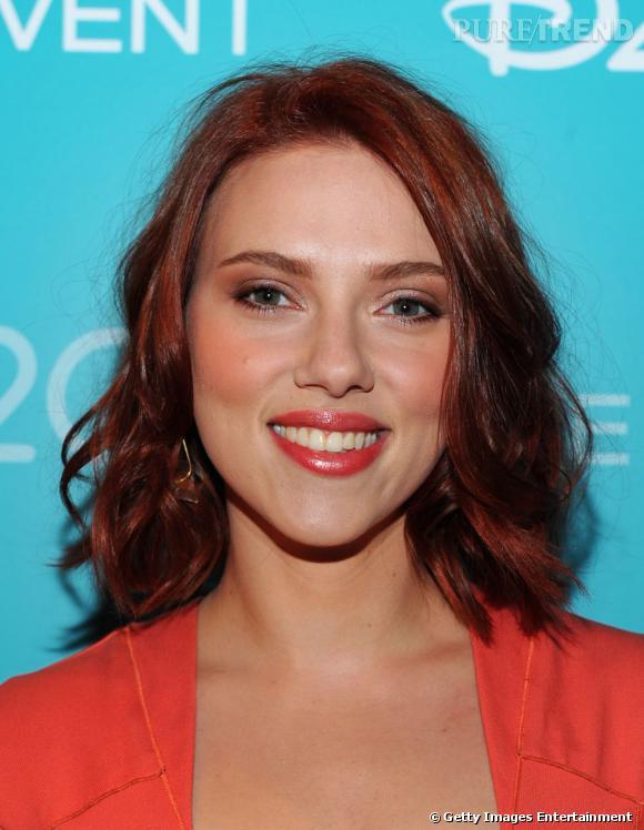 Ses longues boucles blondes, Scarlett Johansson les a échangées contre une chevelure rousse tendance auburn.
