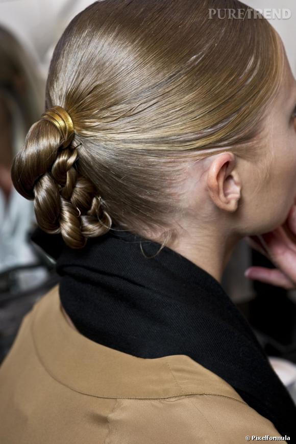 N'hésitez pas à mélanger les tendances, comme avec cette coiffure de fêtes qui mixe tresse et chignon.