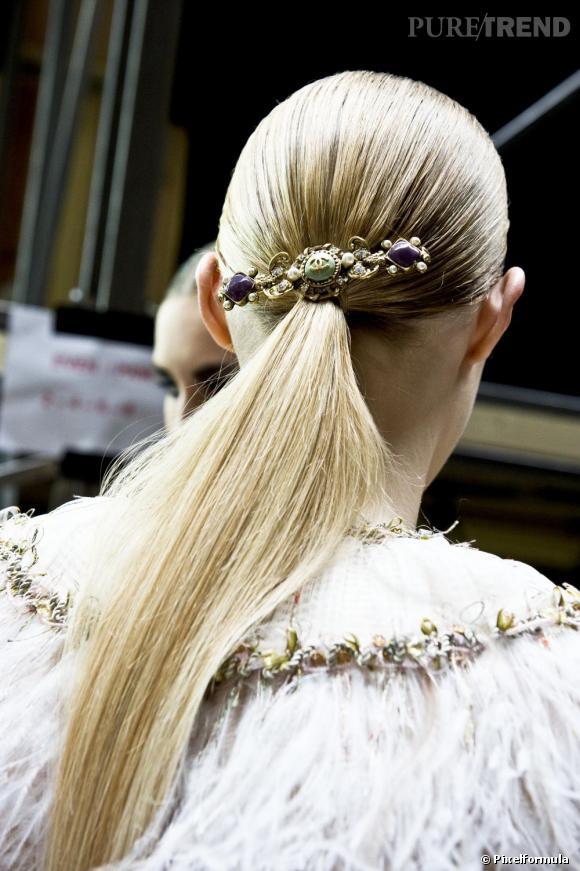 Pour un look chic le soir de Noël, coiffez-vous d'une queue de cheval ultra-lisse. Le petit plus : la barrette rétro qui donne un côté précieux à la coiffure.