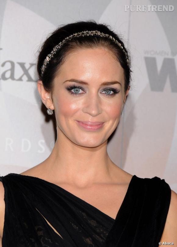Emily Blunt  s'affiche tout en élégance avec un chignon de danseuse agrémenté d'un joli hairband doré.