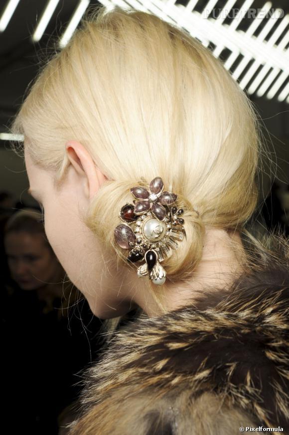 Chignon toujours, mais bas et décalé sur le côté cette fois. Pour une coiffure de Noël, ne négligez pas les accessoires qui viennent sublimer votre chevelure.
