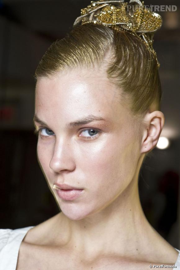 On ose mettre de l'or dans ses cheveux, comme ici avec ce chignon haut doré et accessoirisé.