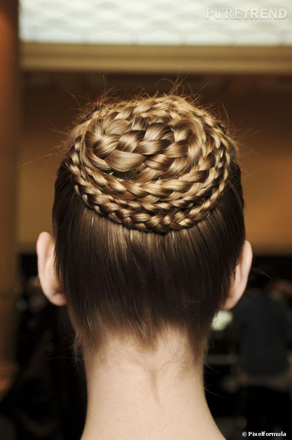 Pour une coiffure de fêtes et réveillon tendance, copiez donc ce chignon boule joliment natté, façon danseuse.
