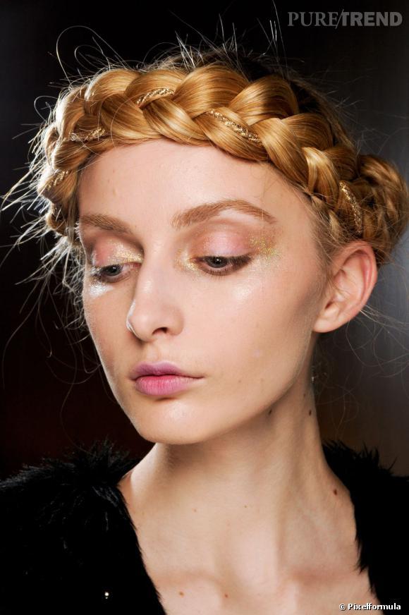 Pour se faire une allure de princesse le soir de Noël, on opte pour la tresse headband.
