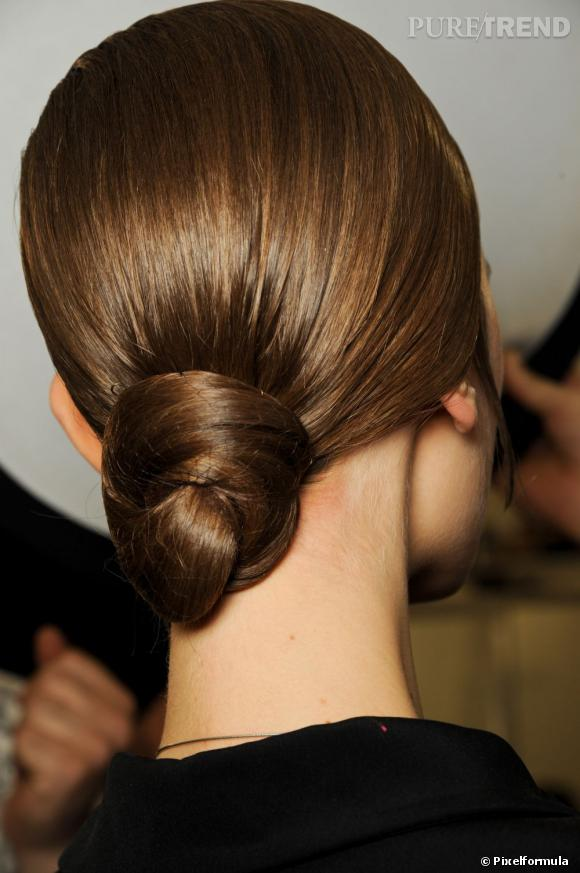 Le chignon bas s'entortille pour une coiffure originale et chic.