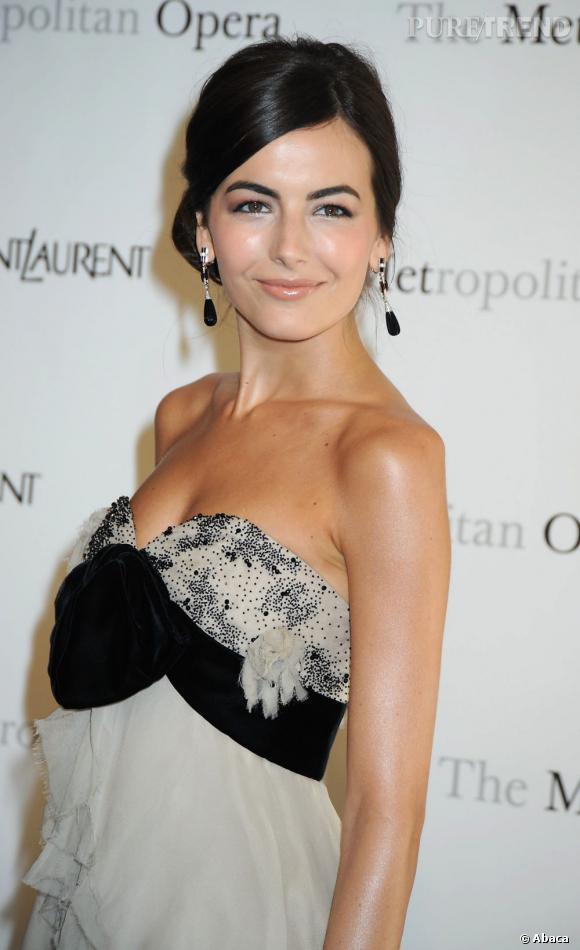 Camilla Belle  a la bonne idée d'associer un chignon chic à sa robe bustier pour une allure très gala.