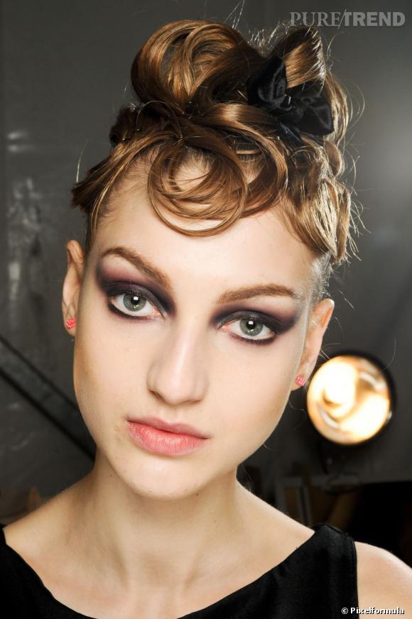 Pour le nouvel an, votre chevelure se fait oeuvre d'art avec un chignon très graphique, tout en boucles pour un style rétro.