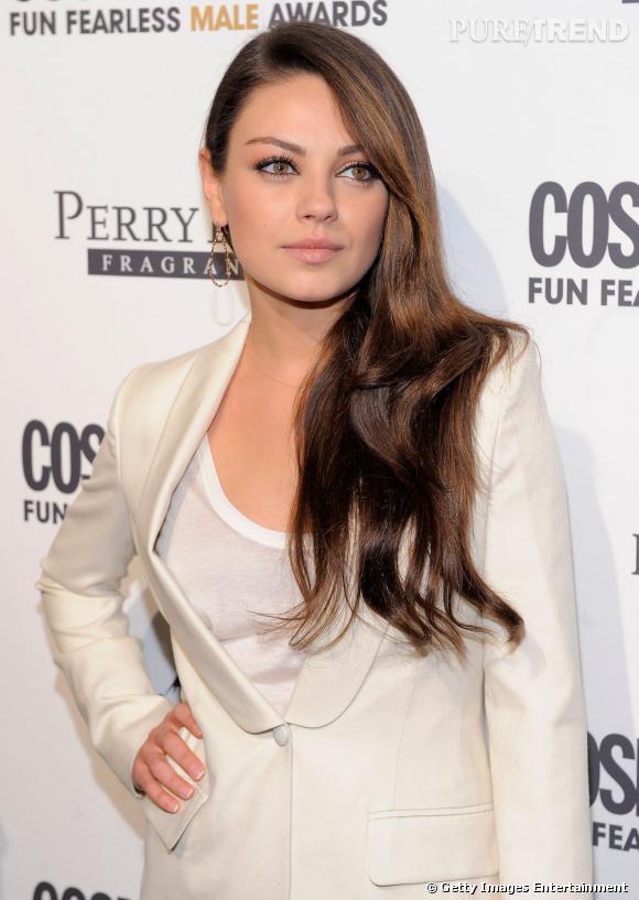 Mila Kunis  foule le tapis rouge, la chevelure lisse posée sur l'épaule tendance  side-hair . Une coiffure soirée très simple mais qui en jette.