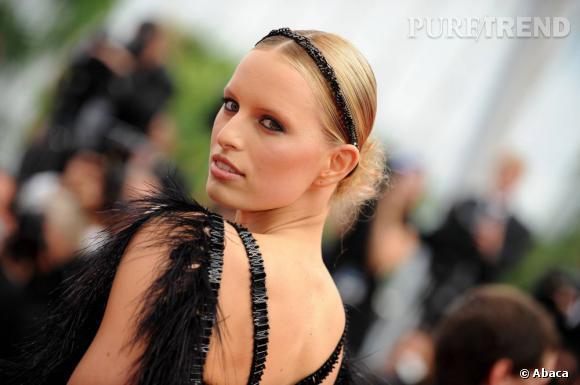 La Top  Karolina Kurkova  se coiffe d'un chignon bas plaqué et très chic. Pour compléter sa coiffure, elle opte pour un hairband noir pailleté. Une idée à copier !