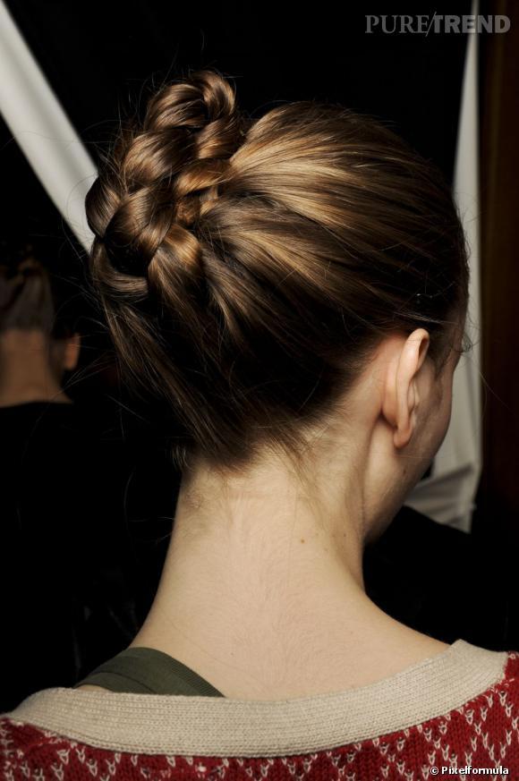 Pour une coiffure soirée de princesse, on copie ce joli chignon natté. Sûr qu'avec lui vous ne passerez pas inaperçue.