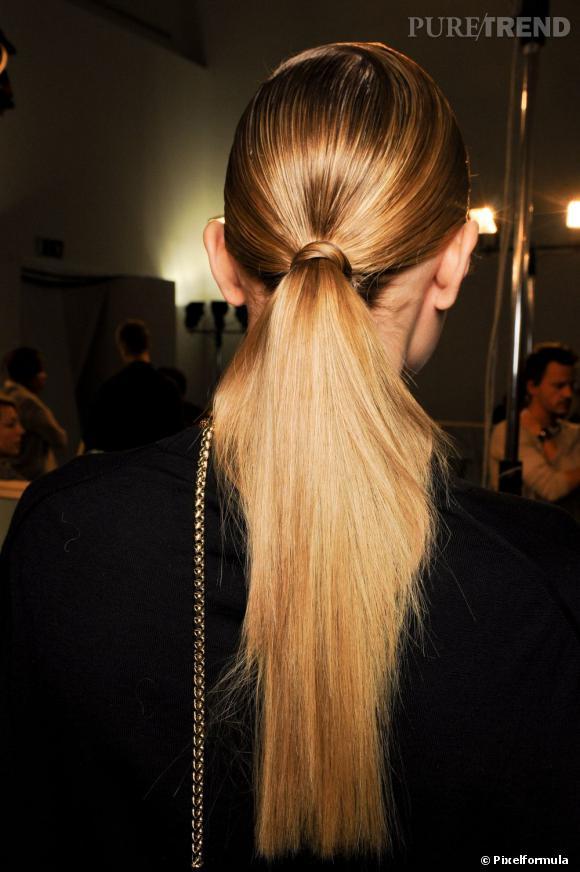 Autre coiffure soirée possible : la  queue de cheval  . Furieusement tendance, elle se porte lâche ou bien serrée et bien lisse comme ici, pour un look chic.