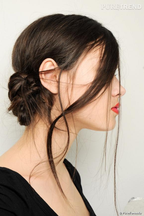 Faites-vous une coiffure soirée à la fois chic et décontractée avec ce chignon bas et son effet légèrement décoiffé.
