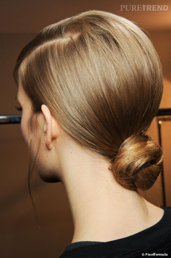 Pour une coiffure soirée chic, on choisit un chignon bas qui souligne la nuque et injecte une dose d'élégance à la silhouette.