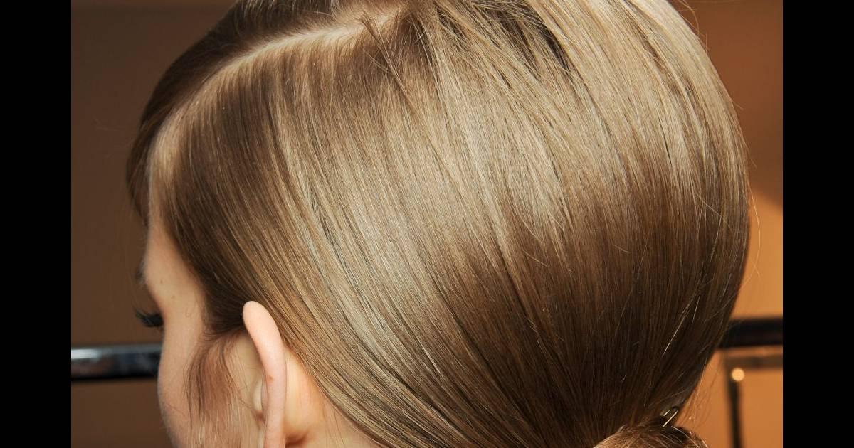 Pour une coiffure soirée chic, on choisit un chignon bas qui souligne la nuque et injecte une ...