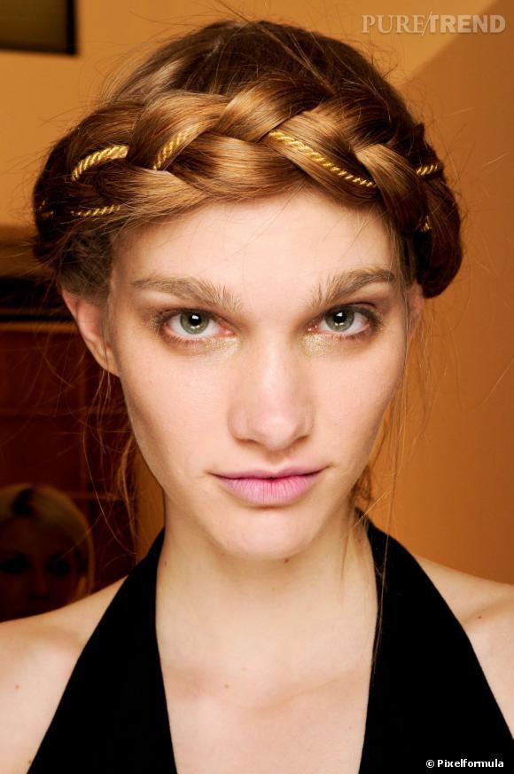 Envie d'une coiffure romantique ? Misez sur la natte façon headband, ici décorée d'une cordelette dorée.