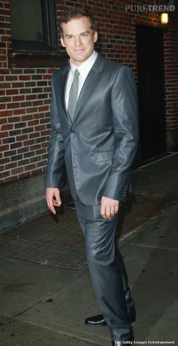 Michael C Hall ose le costume lamé dans les tons bleu gris. L'acteur s'en sort et se démarque ainsi lors des soirées huppées.