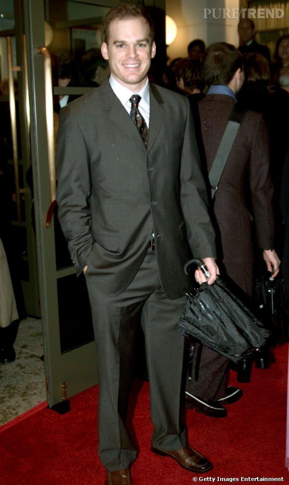 Michael C Hall en costume kaki et cravate imprimée : il fallait choisir entre les deux !