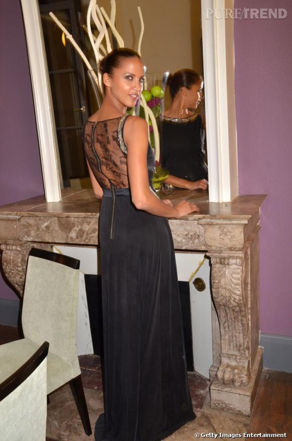 Le dos de la robe est très glamour, Noémie Lenoir fait tout pour qu'on le remarque.