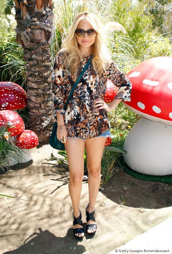 Nicole Richie est en vacances, sa jupe aussi !