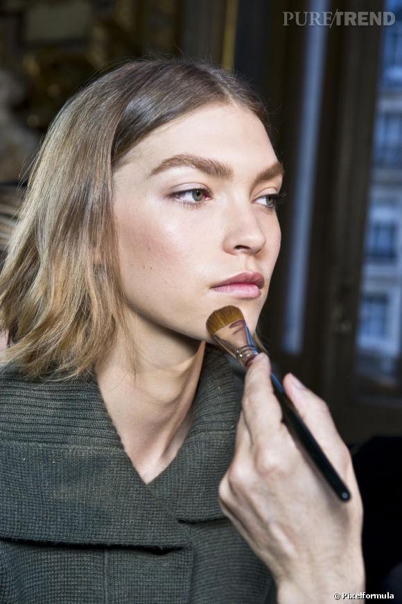 Pour un maquillage peau sèche réussi, mettez l'accent sur l'hydratation avec des produits de beauté adaptés.