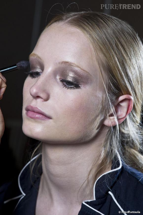 Suivez notre pas à pas maquillage peau claire pour un teint lumineux parfait.