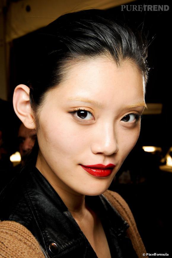 Teint, yeux et bouche : adoptez nos conseils beauté pour un maquillage peau asiatique réussi.