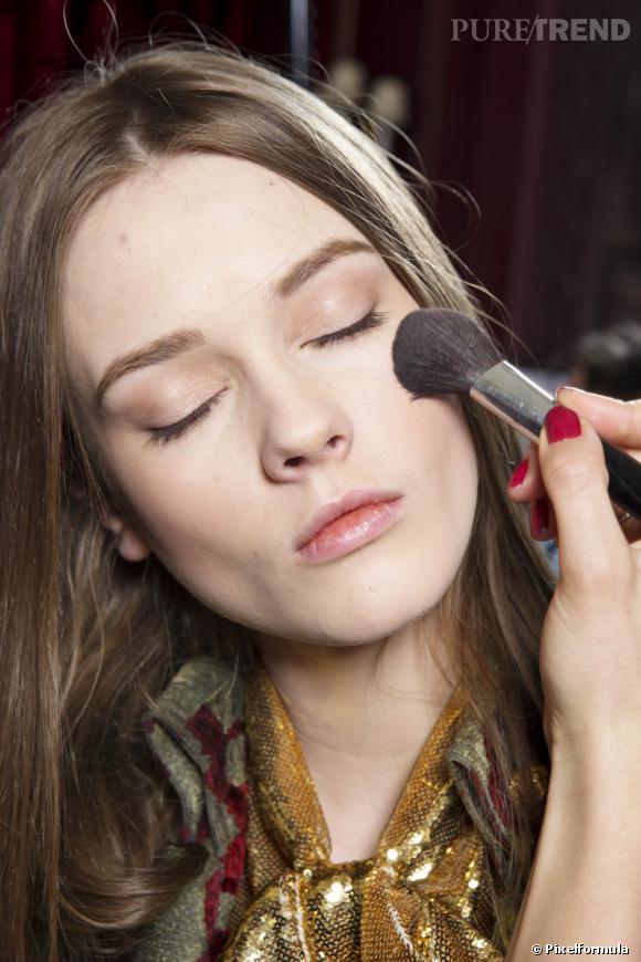 Votre peau sensible est fragile. Pour la maquiller, misez sur des produits doux et hypoallergéniques.