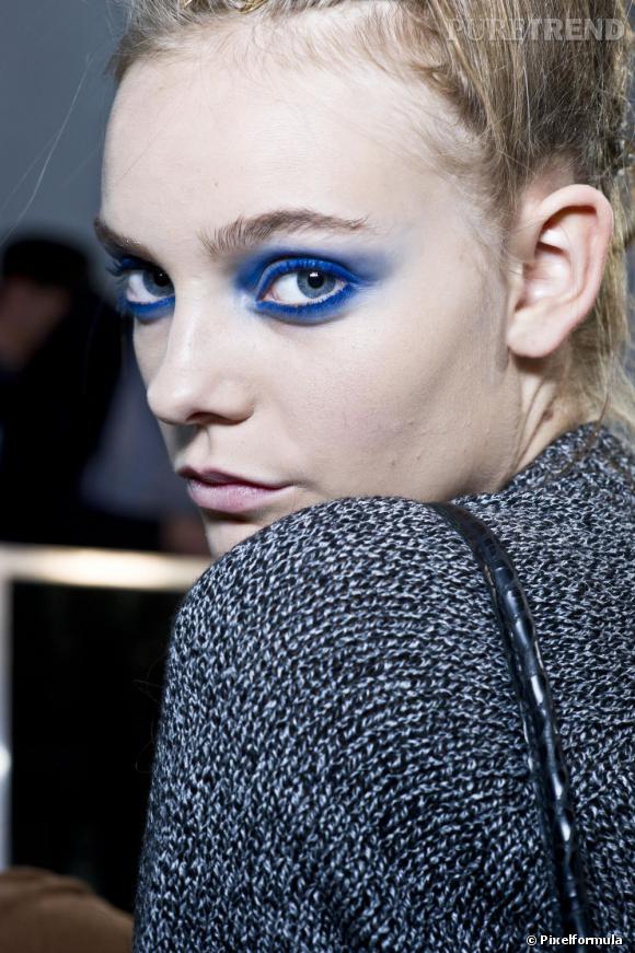 Grande tendance de l'été, le regard bleu lagon s'invite dans votre maquillage soirée. Idéal pour les yeux verts et marrons, on le porte façon smoky eye pour un regard qui ne passe pas inaperçu.