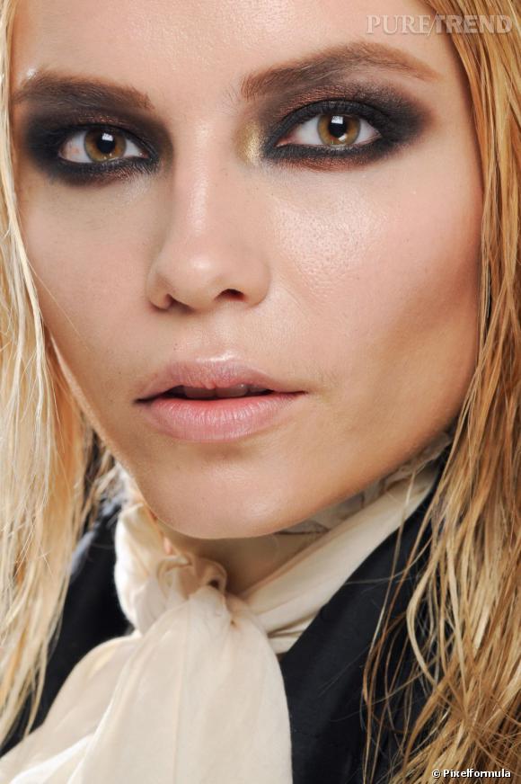 Customisez votre smoky eye en mêlant fards à paupières or, ocre et noir pour un oeil fumé très sophistiqué. Le reste du maquillage soirée reste nude pour équilibrer l'ensemble.