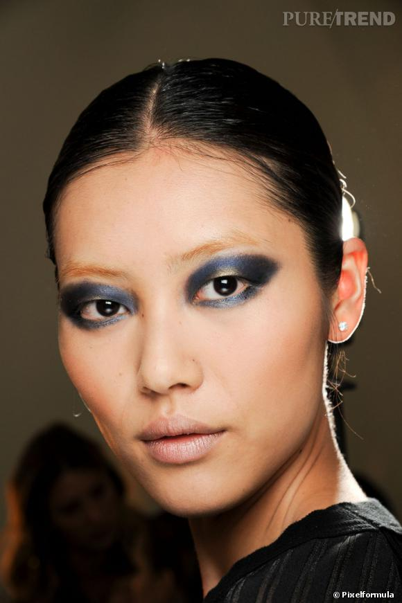 Le maquillage soirée autorise toutes les fantaisies. On n'hésite pas à exagérer le regard avec un smoky bleu nuit et or.