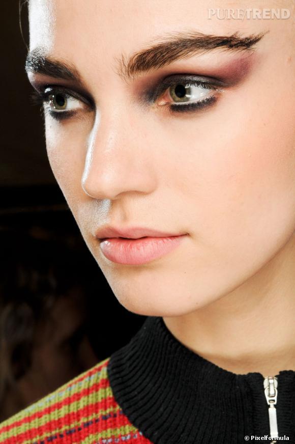 Pour un maquillage de soirée, on mise sur le smoky eye version gris métallisé et prune. Le fard remonte haut pour un regard allongé. Les lèvres elles restent nude.