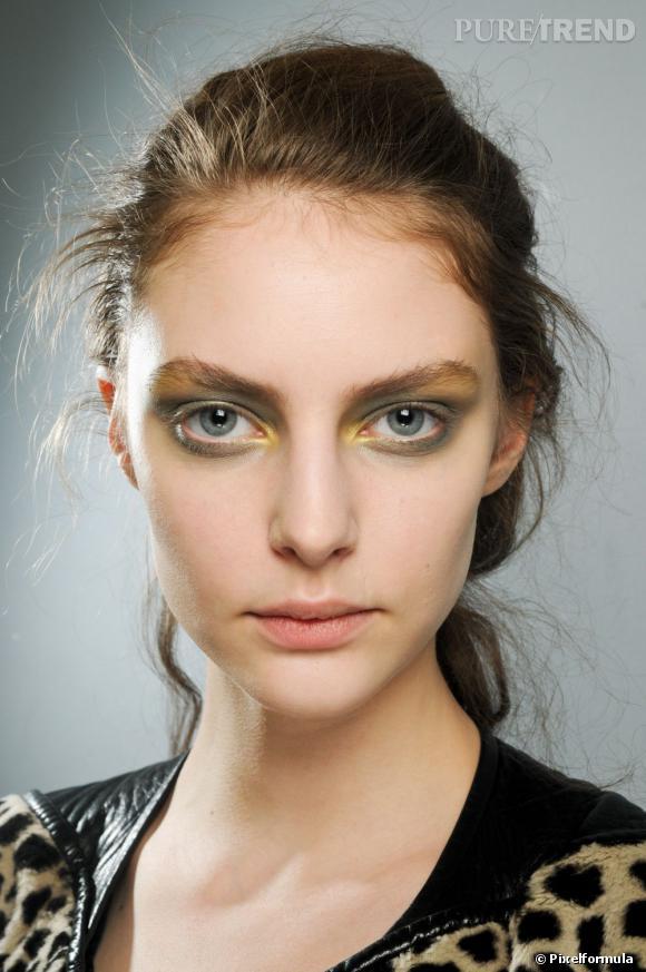 Marre du smoky noir ? On change ses habitudes avec un maquillage soirée qui mêle vert moiré et jaune pour un regard envoûtant.