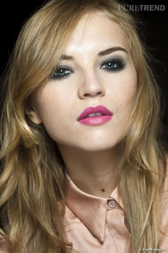 Le maquillage soirée suit les tendances et adopte le rouge à lèvres fuchsia. Côté paupières, on sublime son regard avec un smoky gris légèrement argenté.