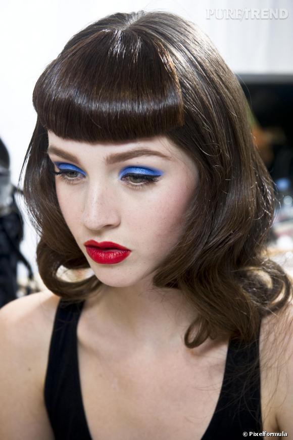 En soirée, on ose le fard à paupières bleu et la bouche rouge mat pour un maquillage de baby doll.