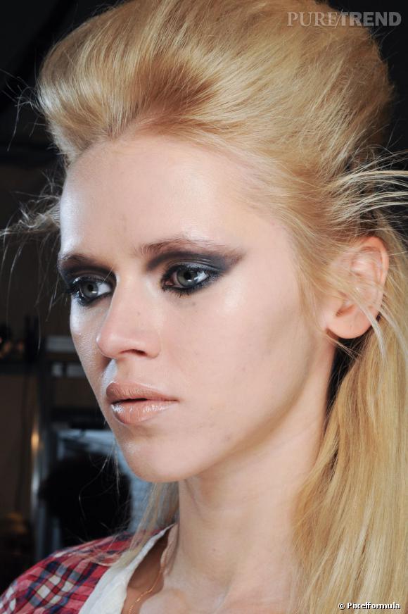 Retour vers les 60's avec ce make-up très  BB . Le smoky eye s'étire loin sur la paupière. La bouche se fait quant à elle nude et brillante.