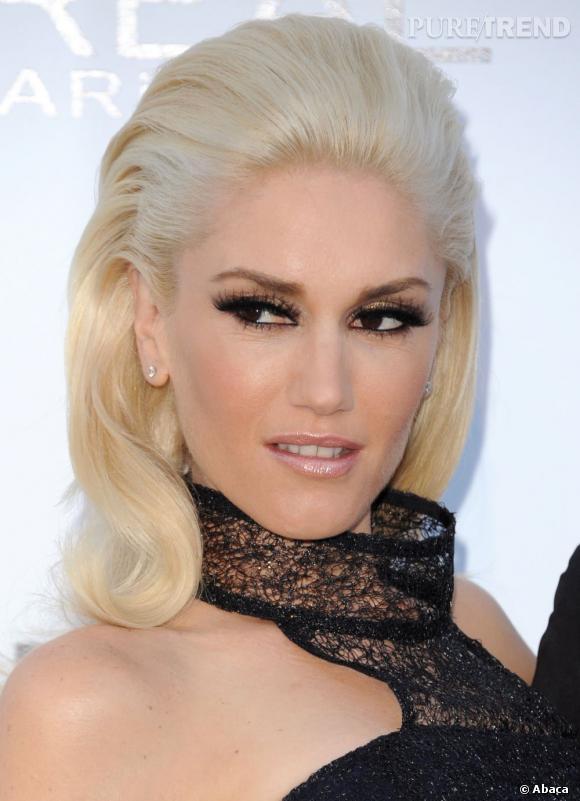 Gwen Stefani  opte pour un regard XXL, faux-cils à l'appui et trait d'eye liner appuyé. Sur la bouche, un gloss rosé et brillant met ses lèvres en valeur juste ce qu'il faut.