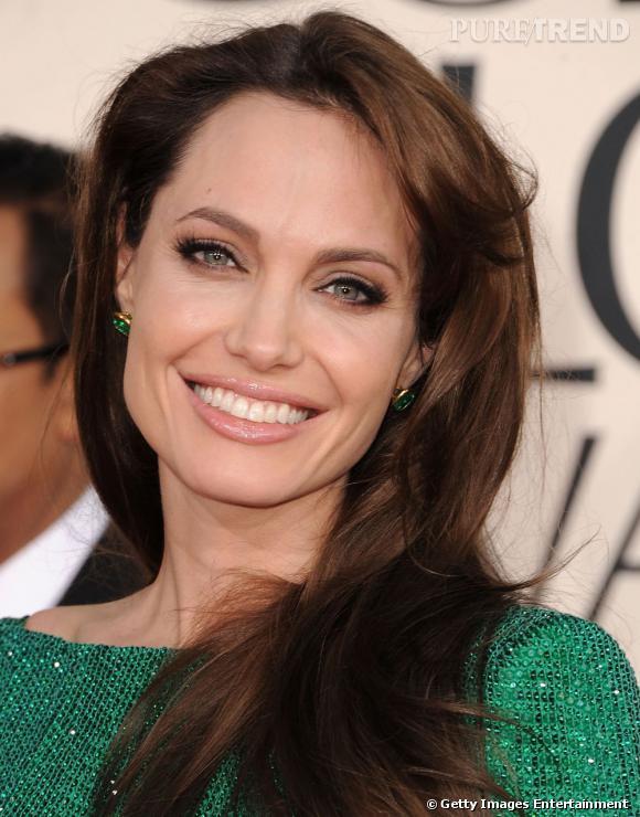 Adepte du naturel ? Comme  Angelina Jolie , optez pour un maquillage soirée discret. La star souligne son regard d'un trait d'eye liner noir et met en valeur ses lèvres avec un gloss irisé. Simple et réussi !