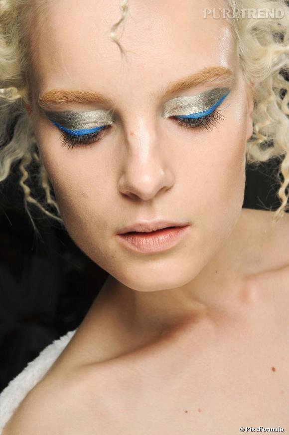 Le soir du nouvel an, on peut tout se permettre, même le mélange de l'or et de l'eye liner bleu.