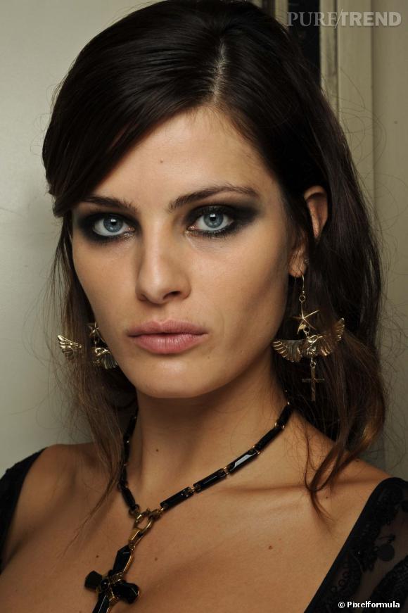 Le smoky eye reste une valeur sûre pour un maquillage réveillon parfait.
