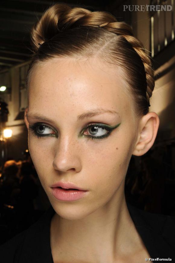 Maquillage nouvel an  On laisse le crayon khôl noir au placard et on mise sur le vert moiré.