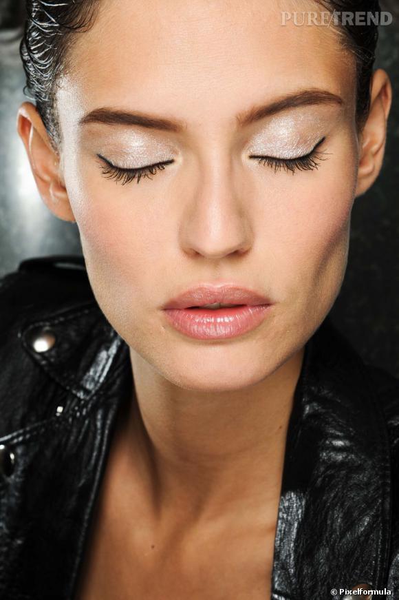 Pour un maquillage réveillon festif mais discret, on opte pour le fard à paupières blanc pailleté et la bouche glossy.
