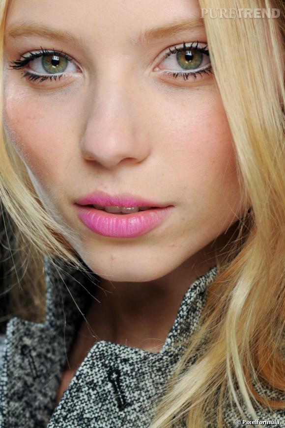 Côté maquillage bouche, les blondes optent pour des lèvres roses, mi-poupées, mi-lolitas.
