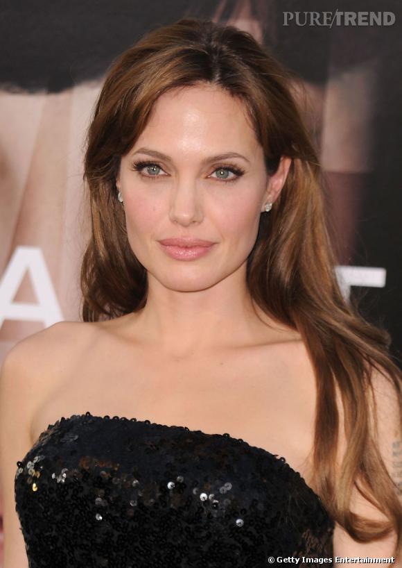 Quand on a la bouche pulpeuse comme  Angelina Jolie , on la joue discrète avec un gloss ou un rouge à lèvres nude légèrement brillant.