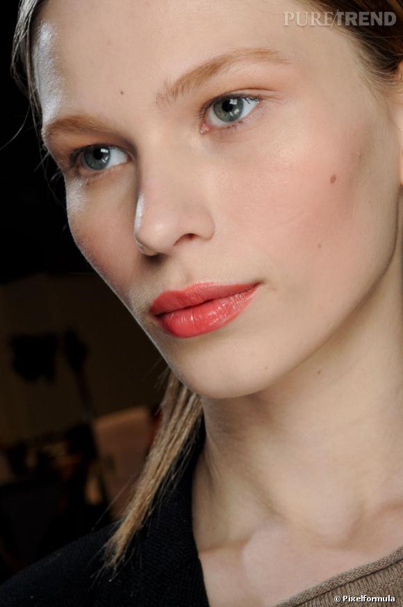 L'alternative du gloss, c'est le rouge à lèvres brillant. Pratique, il teinte tout en faisant briller vos lèvres pour une bouche qui ne passe pas inaperçue.