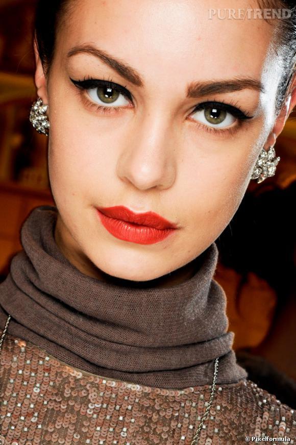 La tendance est au rouge à lèvres mat. Riche en pigments, il offre un maquillage bouche intense pour un look tantôt flashy, tantôt rétro.