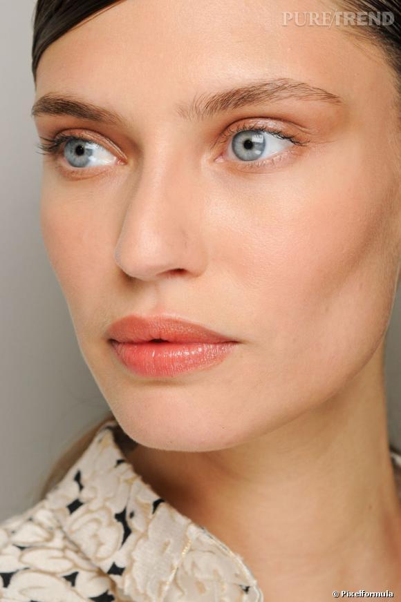 Pour un maquillage des lèvres naturel, choisissez un rouge à lèvres transparent. Discret, il sublime votre bouche en un coup de stick.